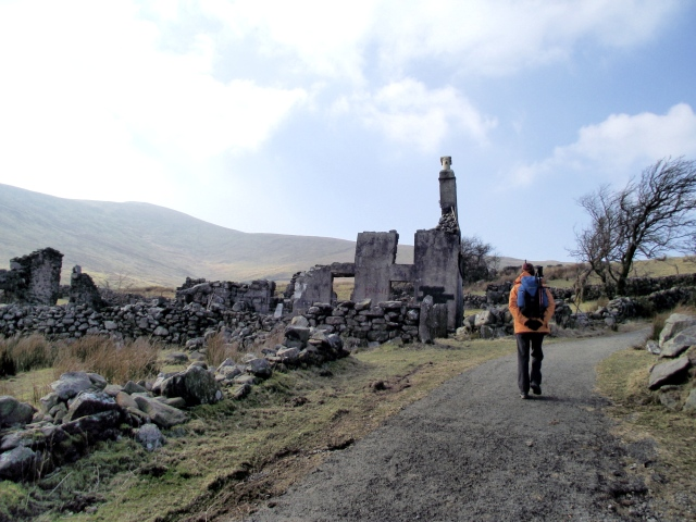 Starting out from the ruined homestead of Maen Llwyd Isaf
