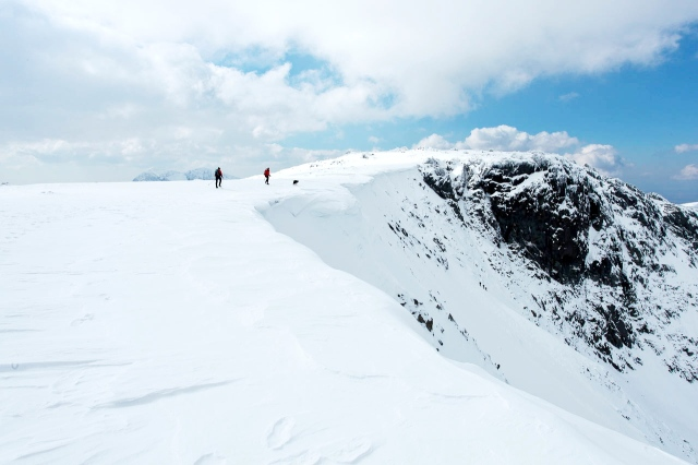 The rim of Cwm Cneifion, with big snow cornices (JB)