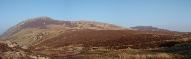 Creigiau Gleision (l) with Craig Wen on the outward route just visible (r)