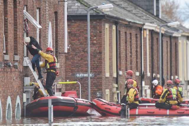 Mountain rescue teams in action in Carlisle – 5th December 2015